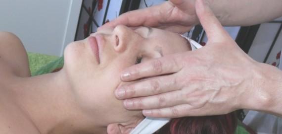 Masáž obličeje lávovými kameny