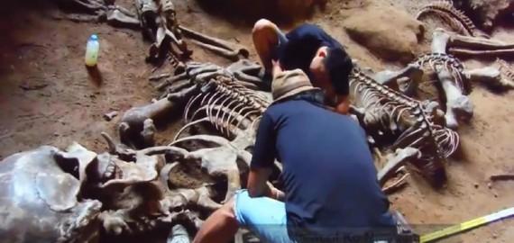 Obří lidská kostra nalezená v jeskyni Khao Khanap Nam